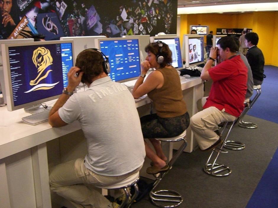 Cannes Lions-Partner Apple stellte interaktive Terminals, auf denen die Besucher alle Beiträge im Rennen betrachten und nach verschiedenen Kriterien durchsuchen konnten.