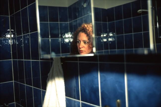 Nan Goldin, Self-Portait in my Blue Bathroom, Berlin 1991, Cibachrome, 56 x 90 cm, Sammlung Berlinische Galerie © Nan Goldin