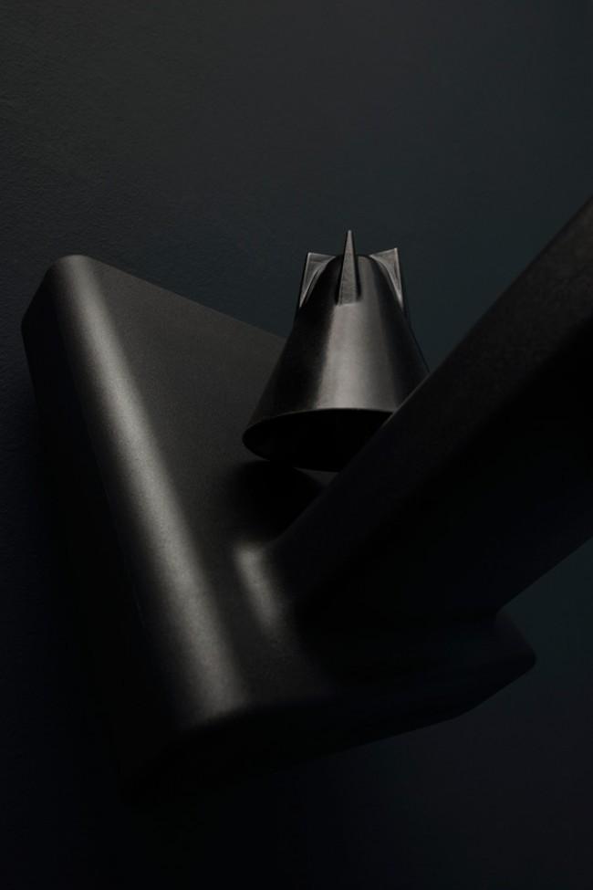 Stuhl »360°« von Konstantin Grcic für Magis und Becher von Tom Dixon | Fotografie: Hubertus Hamm