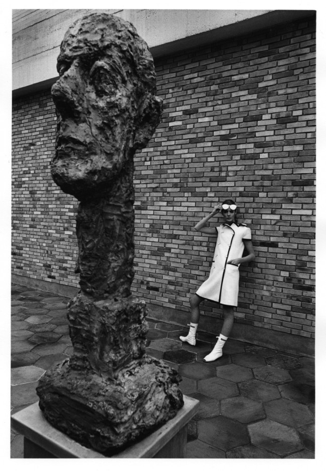 Jeanloup Sieff, Courrèges-Mode, Fondation Maeght 1965, Gelatin Silver Print, printed later Verso stamped and signed by the Estate, 40,5 x 30 cm