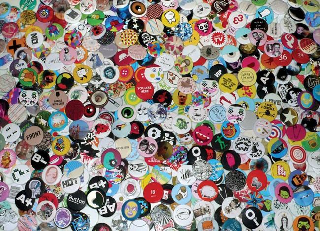 Postkartenmotiv – 566 Stereohype Buttons von internationalen Designern 2004–2010