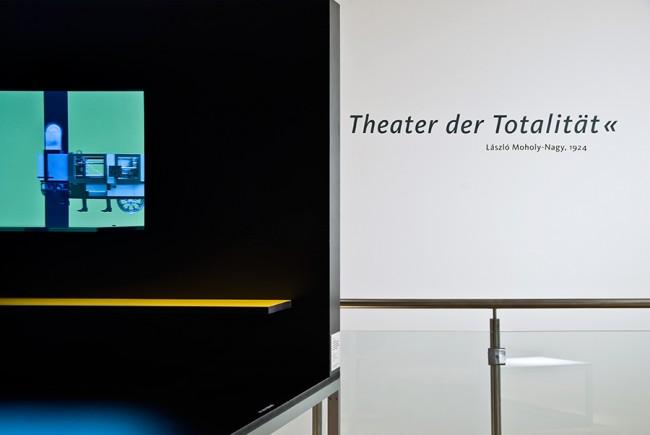 Mechanische Exzentrik   Installationsansicht   Aktualisierung 4   2009   Videoskulptur   Mixed Media   F. Fernstenliebe (Musik)   45 Kilo (Sockel)   Maße: 135 x 160 x 100 cm   Courtesy: Klassik Stiftung Weimar   Fotos von Claudia Neuhaus