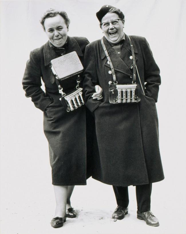 Stefan Moses | Straßenbahnschaffnerinnen, Köln, 1963 aus der Serie Deutsche Silbergelatine, 48 x 38 cm © fotografie: stefan moses Museum für Kunst und Gewerbe Hamburg