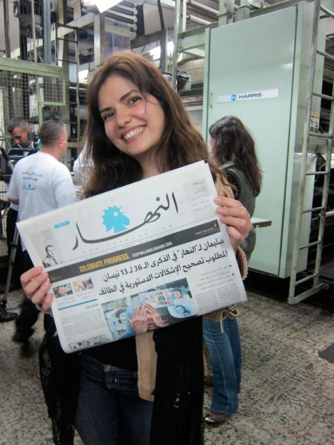 Frisch aus dem Druck: Nadine Chahine hält zum erstren Mal die neue An-Nahar mit ihren Schriftdesigns in der Hand