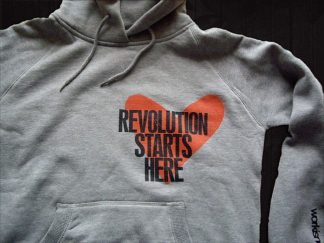 Revolution starts here: Hoodie von workisnotajob. | © Catharina Bruns