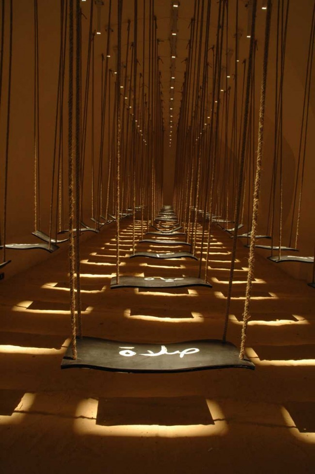 Buthayna Ali »We, Nous«   Installation 35 Schaukeln, je 45 × 20 × 1cm, Komposition, Kautschuk, Sand, Lautsprecher