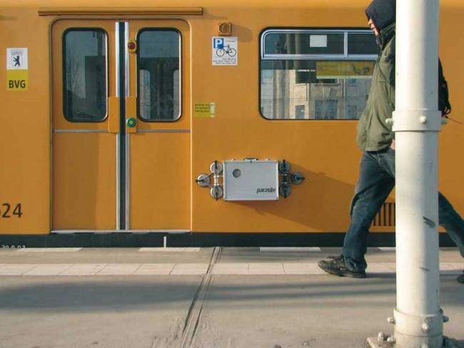 Parasite, Projektionsapparat, den man mithilfe von Saugnäpfen an der U-Bahn befestigen kann und der Projektionen an die Tunnelwand wirft | © TheGreenEyl