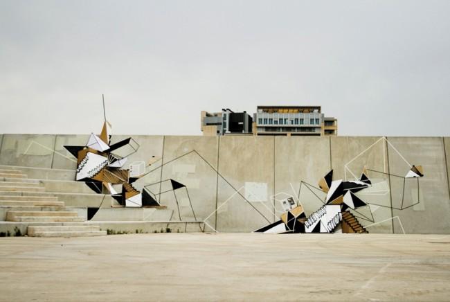 Diagonal Mar | Barcelona 2009. Freie Installation. Pappe, Lack, Klebeband, Müllsäcke und Zeitungen. Die Installation wurde nach der Dokumentation am Ort zurückgelassen.