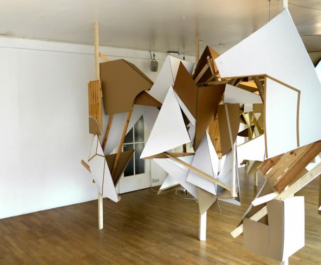 Flat Forest | München 2010. Installation für die Einzelausstellung in der Sun-Gallery München mit dem gleichnamigen Titel. Fundholz, Pappe, Spiegelfolie, Klebeband und Leuchtstoffröhren.