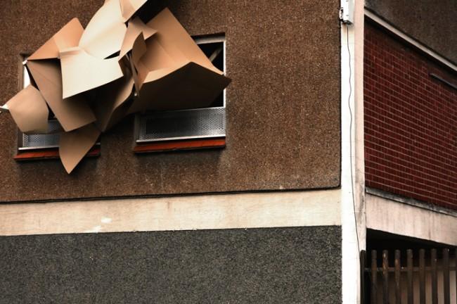 Muirhouses | Edinburgh 2010. Zwei Arbeiten für das North Edinburgh Artscenter. Im Stadtteil Muirhouse entstanden in drei Tagen zwei Fassadengestaltungen an leerstehenden Häusern jeweils mit einem illustrativen und einem dreidimensionalen Ansatz. Lack, Holz und Pappe.