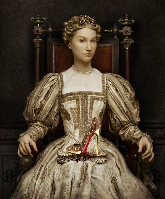 Ein Herrscherinnenporträt mit Louboutin-Schuh aus der Herbst/Winter-Kollektion 2011/12