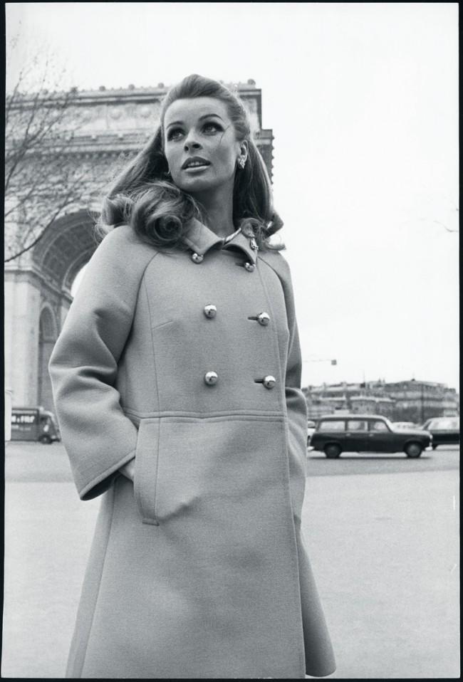 Senta Berger in einem Mantel von Rena Lange, Ende der 60er Jahre