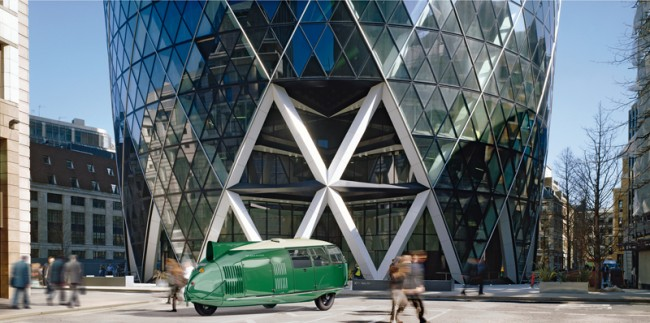 Dymaxion Car vor dem Swiss Re Tower in London