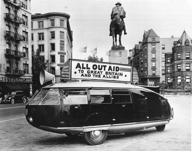 Dymaxion Car bei der Kampagne für »All Out Aid to Great Britain and the Allies« im 2. Weltkrieg Courtesy, The Estate of R. Buckminster Fuller