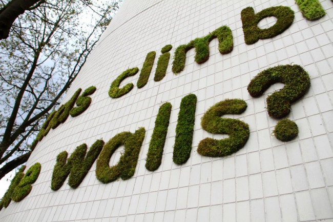 Für das Projekt »npower Climate Cops« befestigte die Künstlerin Botschaften aus Moos an berühmten englischen Gebäuden.
