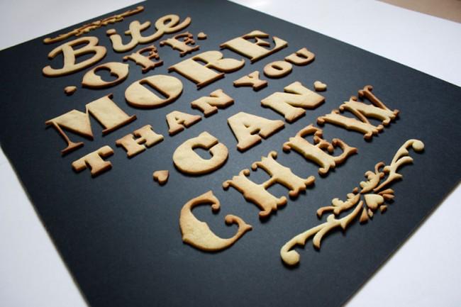 Das essbare Poster besteht aus Keks-Typo.
