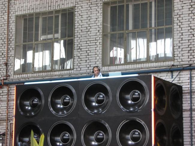 Ein DJ beschallt die Hallen