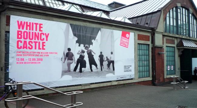 Banner zur White Bouncy Castle Aktion in den Deichtorhallen