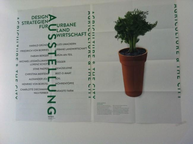Bei uns hängen sie bereits an der Wand: Ausstellungsplakat und Möhrentopf von Henrike von Borstel