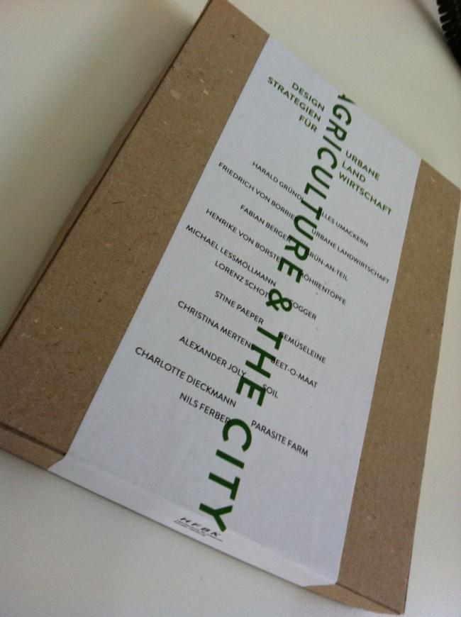 Katalog im Karton mit vertikaler und horizontaler Schrift