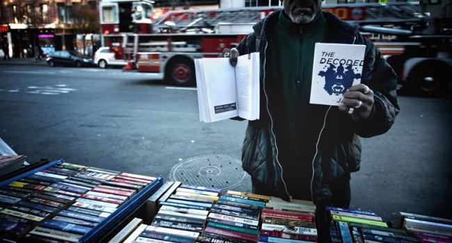 Buch im Buch - bei einem Straßenverkäufer in der Canal Street in Manhattan