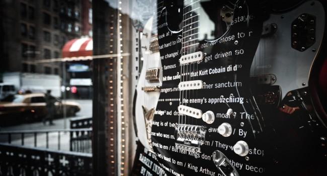 Die Gitarre in einem New Yorker Musikladen steht für Einflüsse außerhalb des traditionellen Hip-Hop