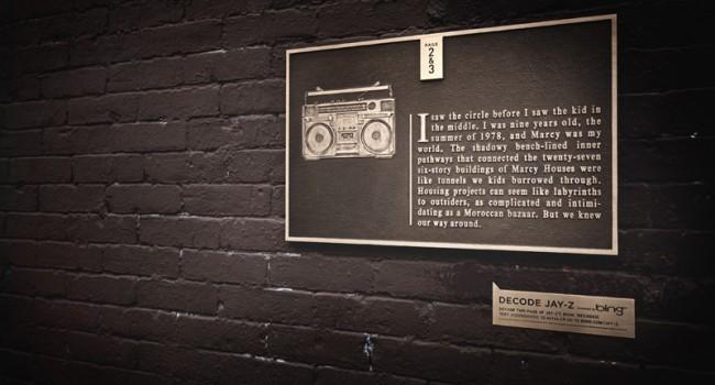 Bronze-Plakette an einer Hauswand in dem Nachbarschaftsprojekt, wo der Musiker aufwuchs