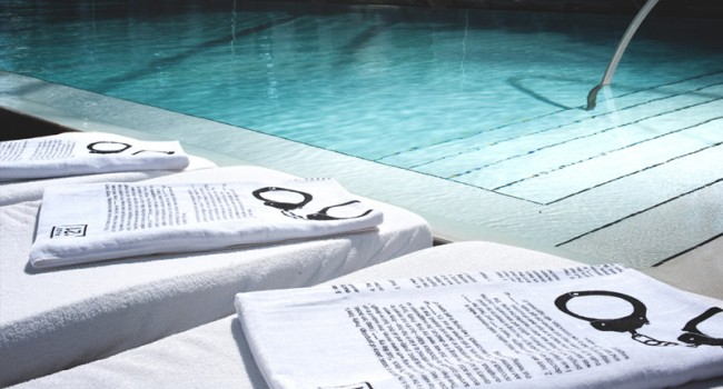 Die Handtücher am Poolrand waren mit Fußboten bedruckt
