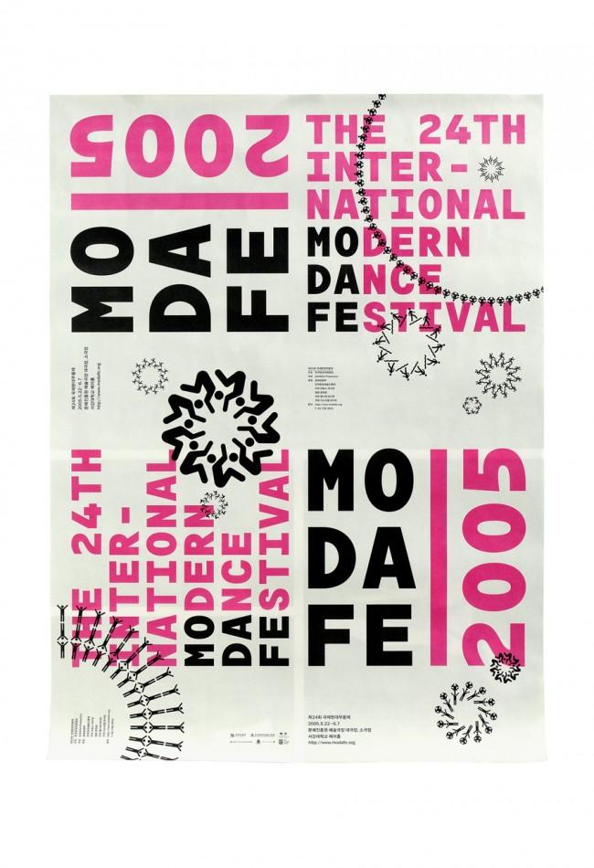 Modafe 2005: Plakat. Wir haben das Logo so entwickelt, dass es den Namen »Modafe« (Modern Dance Festival) erklärt und Piktogramme des menschlichen Körpers so kombiniert, dass festliche Ornamente entstehen, die den Charakter des Festival zusätzlich unterstreichen. Das Budget für das Projekt war sehr klein, deshalb konnte das Poster zu verschiedenen Anlässen in zwei Teile geschnitten werden oder so gefaltet, dass es das Cover der Programmbroschüren ergab. Kunde: Modern Dance Festival, Seoul, 2005