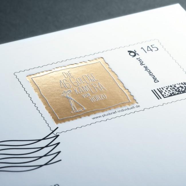 Die Briefmarke auf dem Umschlag wurde per Laserstanzung gestaltet und integriert die Deutsche Post subtil als Sponsor