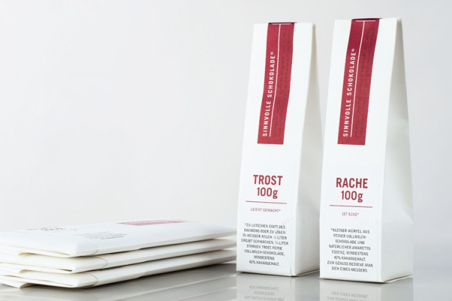 Mit dem puristischen, sachlichen Einsatz der Typografie – Trade Gothic im Versalsatz – hebt sich Tanja Körner Schickert aus Düsseldorf von der klassischen Schokoladengestaltung (Serifen- oder Schreibschriften) ebenso ab wie von den meist zeitgeistig gefälligen Wunschschokoladen. Auf diese Weise vermittelt sie Werkscharakter und schafft einen Kontrapunkt zu dem erzählerischen Stil der Texte