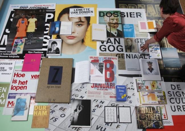 Übersicht an Plakaten auf dem Boden unseres Studios