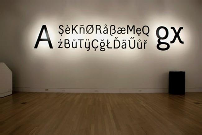 Die humanistisch-groteske Schrift Lokum präsentierte Onur Yazicigil dreidimensional illuminiert in einer Ausstellung an der Purdue University in West Lafayette