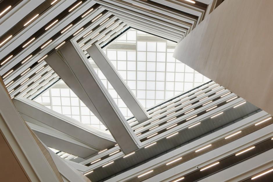 Der Blick vom Atrium aus in den Hamburger Himmel