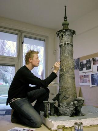 Guy Hendrix Dyas mit Turm-Modell
