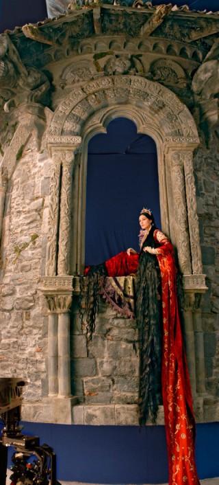 Monica Belluci im Turm von Guy Hendrix Dyas