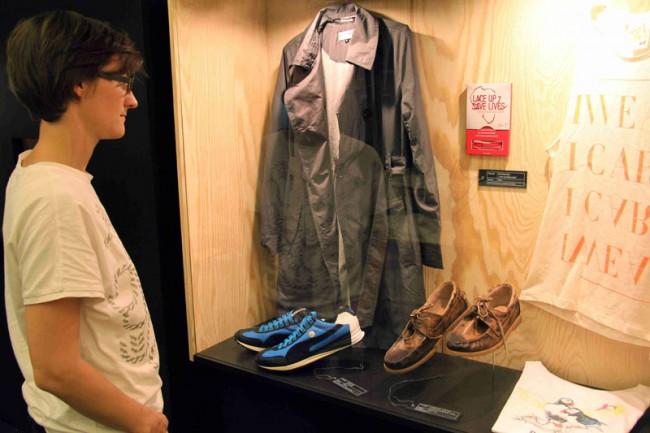 Marketingstrategien | Mit Ölspuren überzogene Schuhe aus der »Gulf Coast Cleanup Collection« (Bed | Stü)