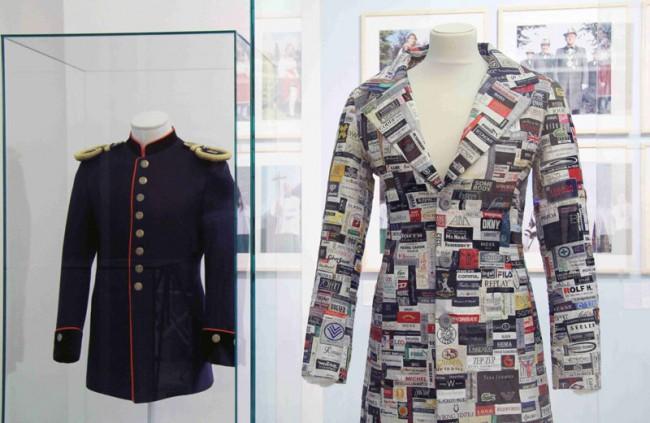 Uniformität III | Historische Postuniforum und Mantel aus Mode-Etiketten (Silke Wawro)