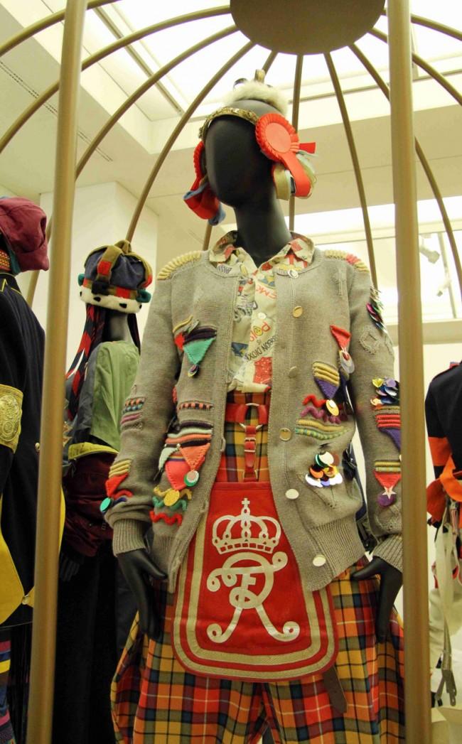 Uniformität I | Handgestrickte Uniformjacke (Christa Michel)