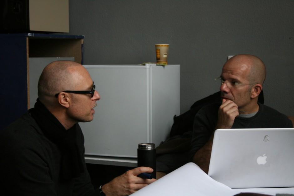 Professor Henseler von der Hochschule Pforzheim und Professor Ronel Mor (r.) von der Bezalel Academy of Arts and Design unterstützen die Gruppe bei ihren AR-Konzepten