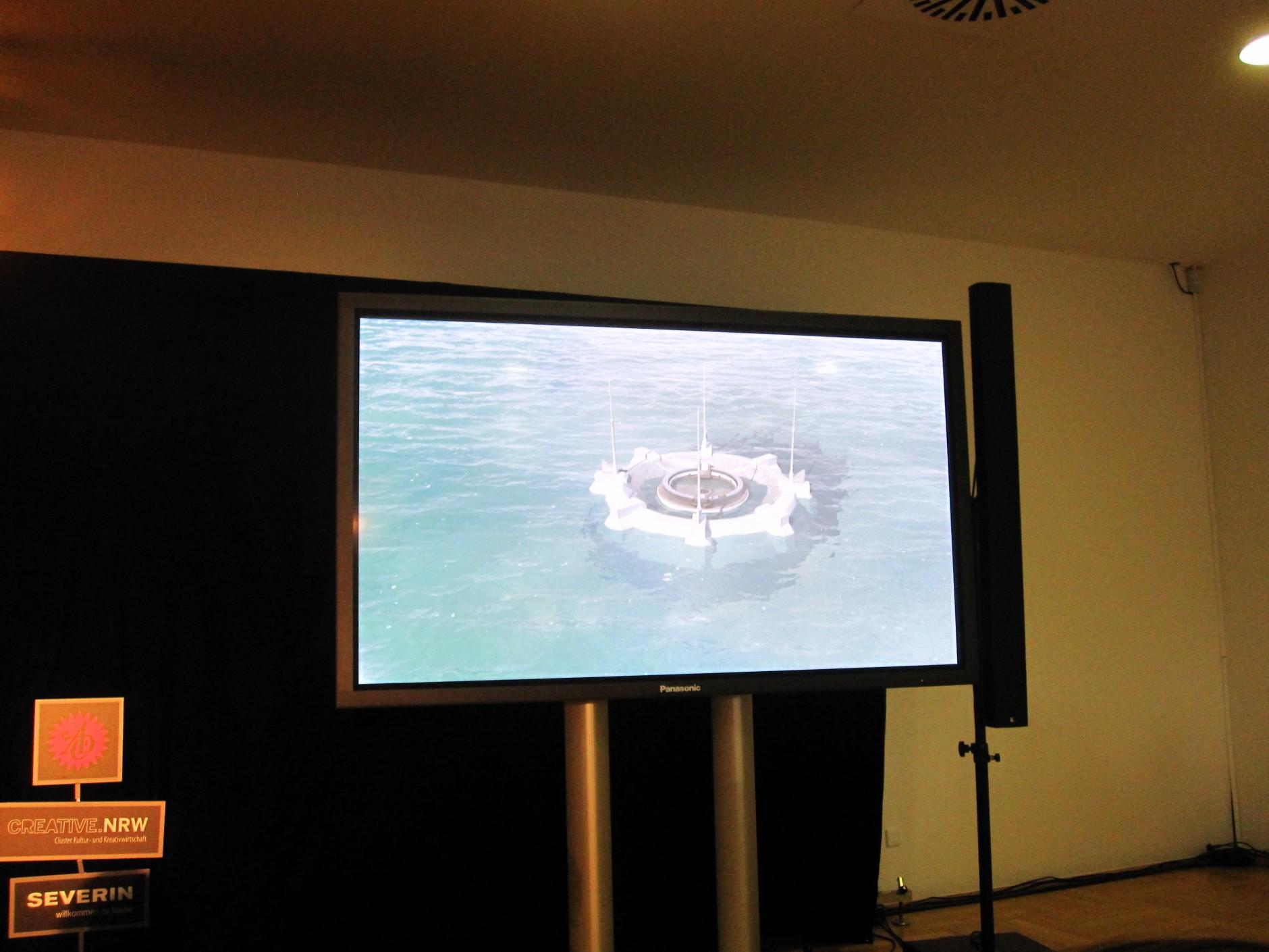 Darwin Projekt: Andreas Detjen hat eine Plattform entwickelt, die in der Hamburger Bucht eingesetzt werden könnte. Das Modell soll alle Ressourcen, die zur Energiegewinnung genutzt werden können, einsetzen: Sonnenkollektoren, Windräder, Gezeitenturbinen und Teilchenbeschleuniger. Je nach den Bedingungen in der Bucht, wird die Form der Energiegewinnung eingesetzt, die optimale Auslastung ermöglicht. Detjen hat das Konzept am IN.D Hamburg entwickelt. Es betreute ihn Peter Hohl.