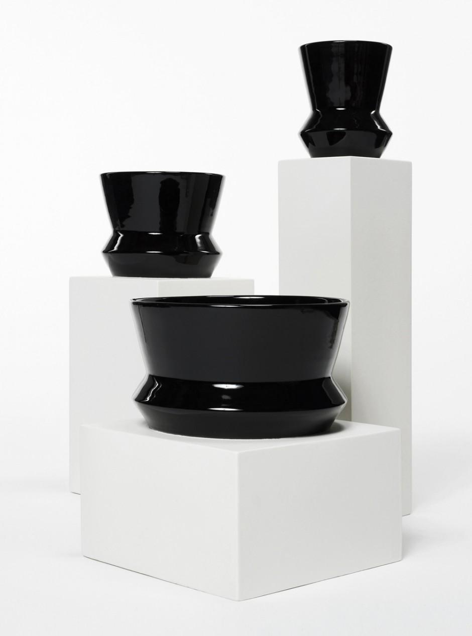 Nicolas Le Moigne | PODIUM vases black, Courtesy: HELMRINDERKNECHT contemporary design gallery, Berlin, Foto: © www.tonatiuh.ch