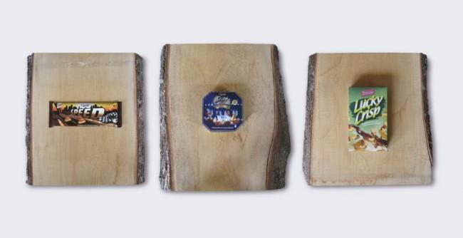 Stephanie Senge, Aldi Triptychon, 2011, drei Lindenholzstämme mit Rinde, drei Produkte aus dem Aldi-Sortiment, 180cm x 70cm x 15cm