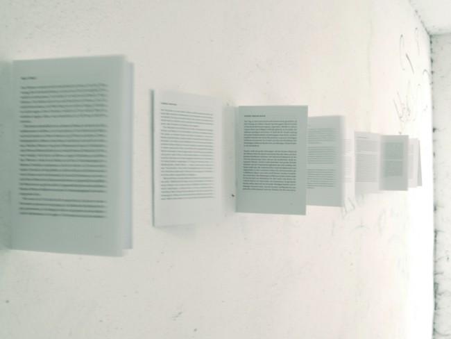 »Durchsichtigkeit der Schrift«: Rauminstallation zum Thema ›Akt des Lesens‹, entstanden als Masterthesis im Jahr 2010