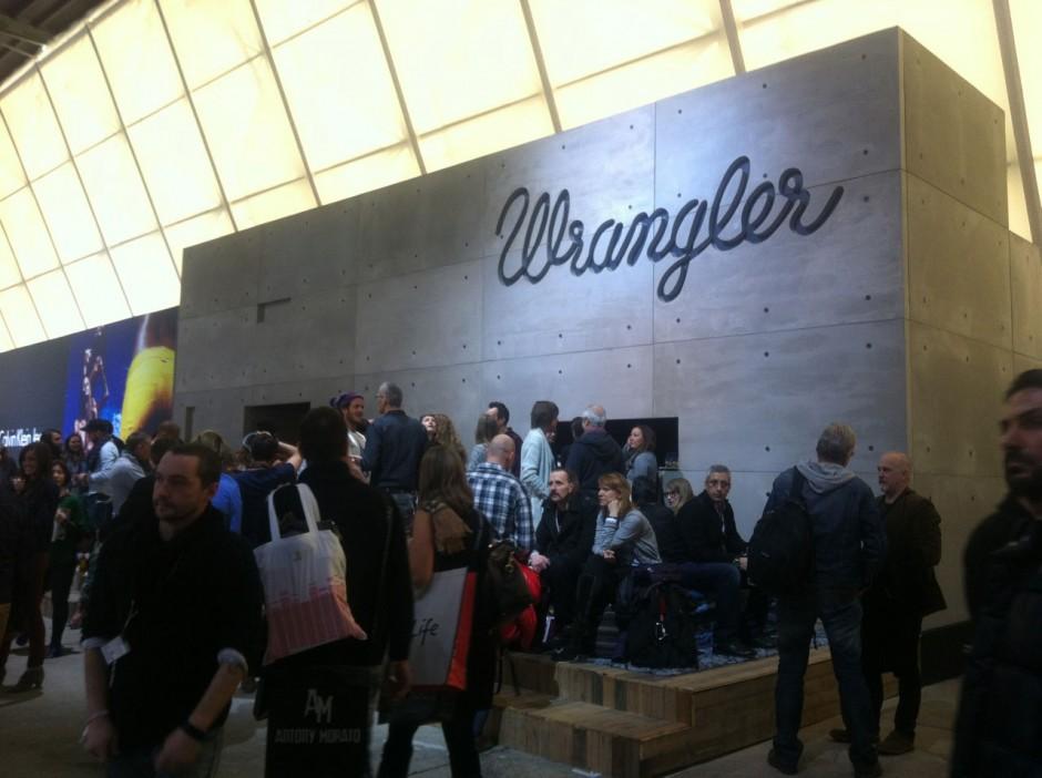 Bei Wrangler gibt es wie immer hinter einem schlichten Eingang ein riesiges Jeansreich