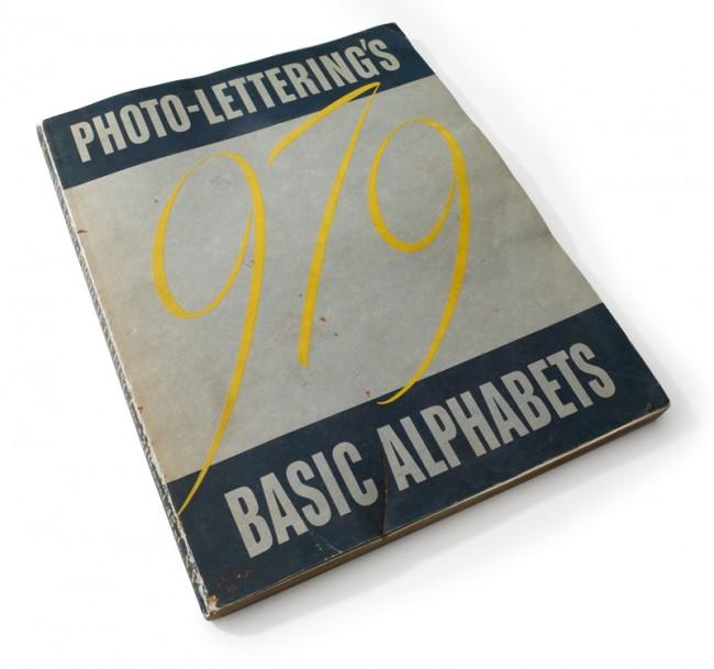 Eines der historischen Ausstellungsstücke: 979 von Photo-Lettering Inc.