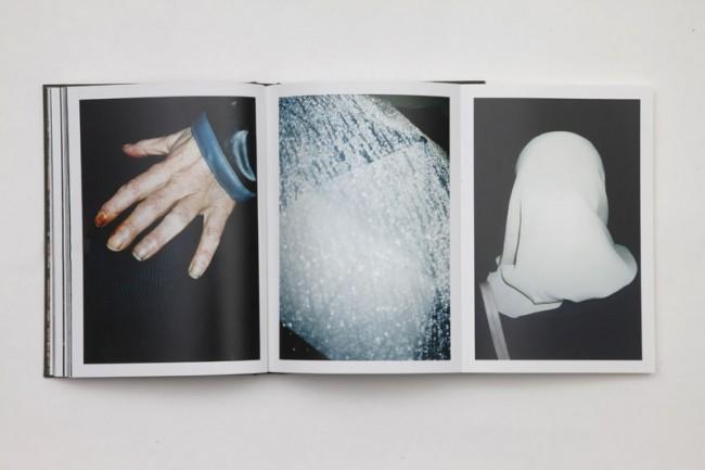 Goldene Letter: Innenansicht des Fotobuchs »La Résidence« von JH Engström aus Dänemark