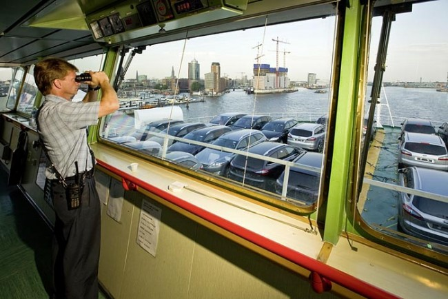 Hafenlotse auf dem italienischen Autotransporter Grande Spagna