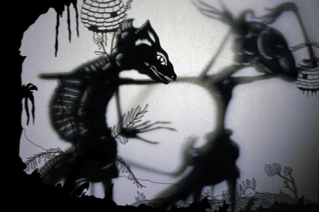 Szene aus dem Schattenstück: »Ich bin kein Froschkönig« (Zusammenarbeit mit Bayu Aji)