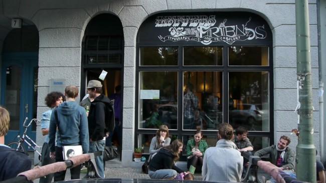 Die Eröffnung von Letters Are My Friends in der Boppstrasse 7 in Kreuzberg, Juni 2011, Fassade bemalt von Ingo Italic & Bärbel Bold
